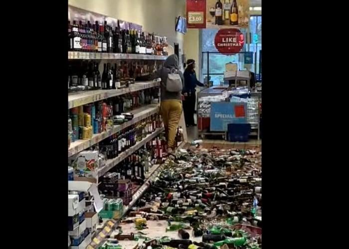 VIDEO: Mujer enloquece y rompe 500 botellas de trago en supermercado