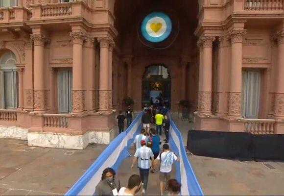 Tan grande como Evita: Argentina llora a Diego