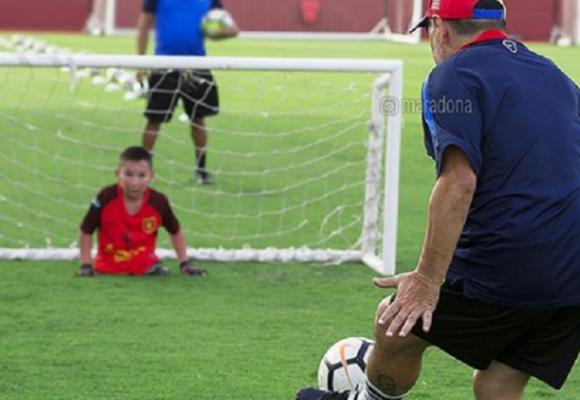 El día que Maradona le metió un gol a un niño sin piernas