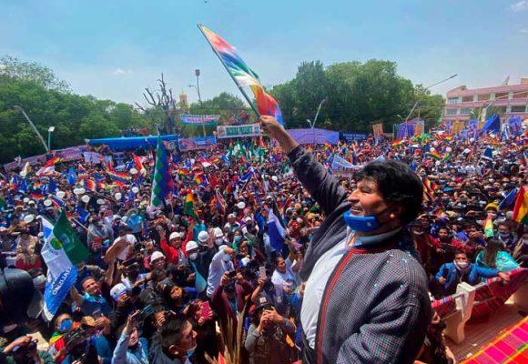 Evo Morales se saca el clavo y regresa a Bolivia aplaudido por multitudes