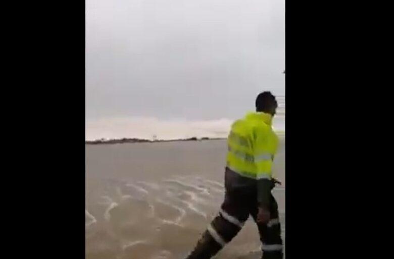 Policías salvan a una mujer de ser arrastrada por el mar en San Andrés