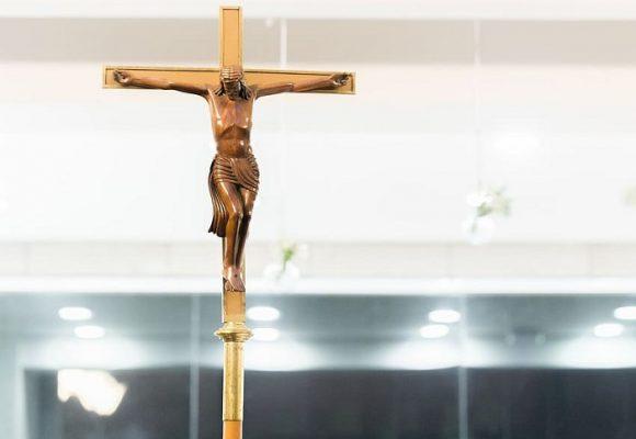 El Valle aceptó orden de retirar crucifijos y no hacer misas