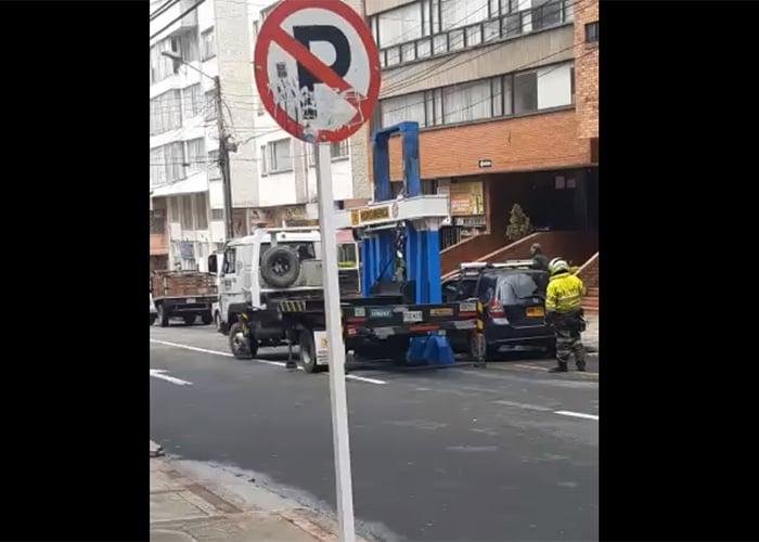 [VIDEO] El nuevo juguete de la Policía de Tránsito para inmovilizar carros en Bogotá