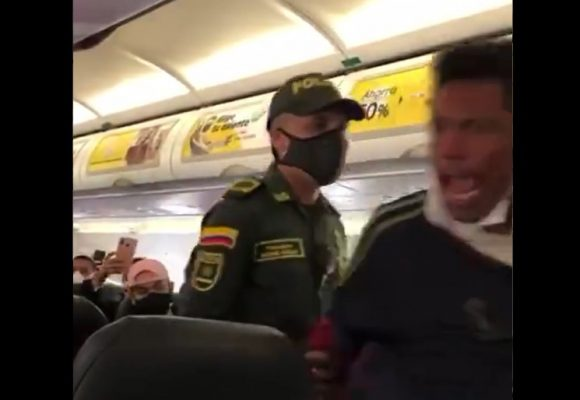 Sacan a habitante de calle de avión de Viva Colombia
