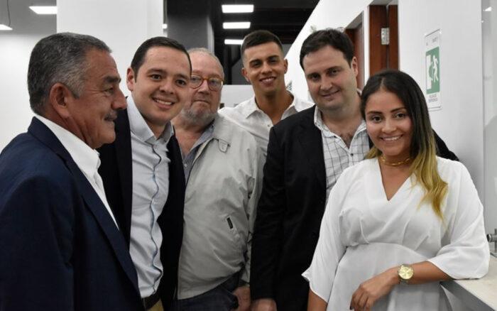Marín acompañado de su papá, su novia Valentina, Arturo Espejo y el papá Jorge Arturo Espejo Rivas. Foto: Facebook Carlos Mario Alcalde