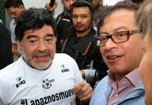 A Petro no le perdonan su amor por Maradona