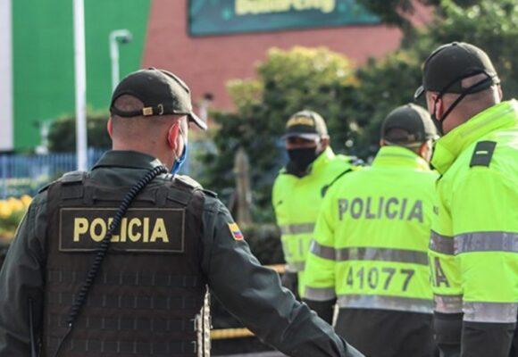 Seis policías amenazan con teaser a anciano en Bogota