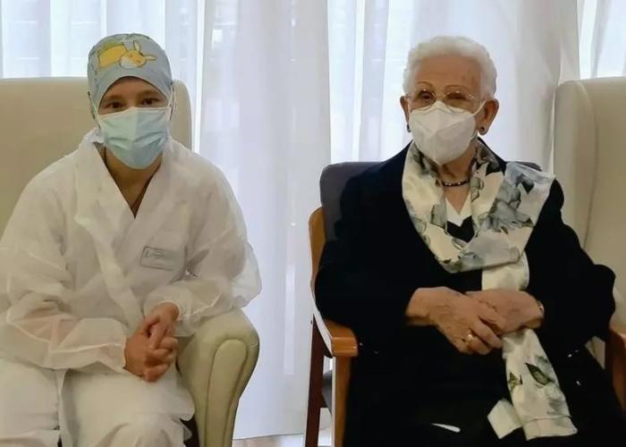 Anciana de 96 años es la primera persona vacunada contra la COVID-19 en España