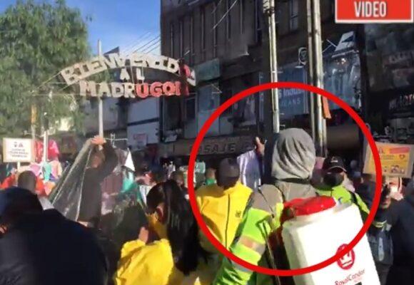 Chambonada en la desinfección de personas en San Victorino durante madrugón. VIDEO