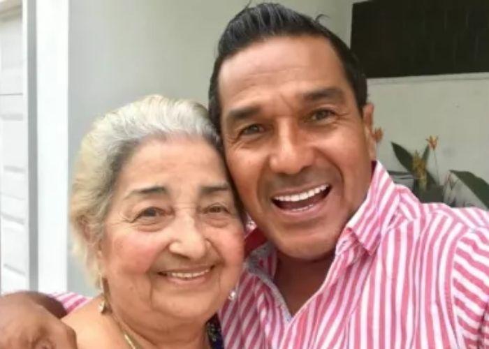 Checo Acosta se quebró: no aguantó la muerte de su mamá