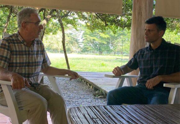 Leopoldo López visitó al ex presidente Uribe en El Ubérrimo
