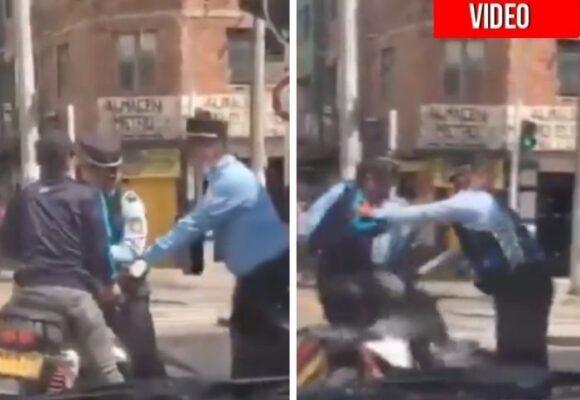 Agentes de tránsito golpean a un motociclista