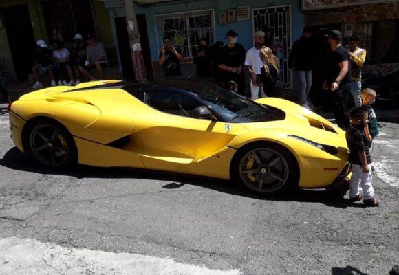 La sencillez de J Balvin: llegar en Ferrari a barrio humilde de Medellin