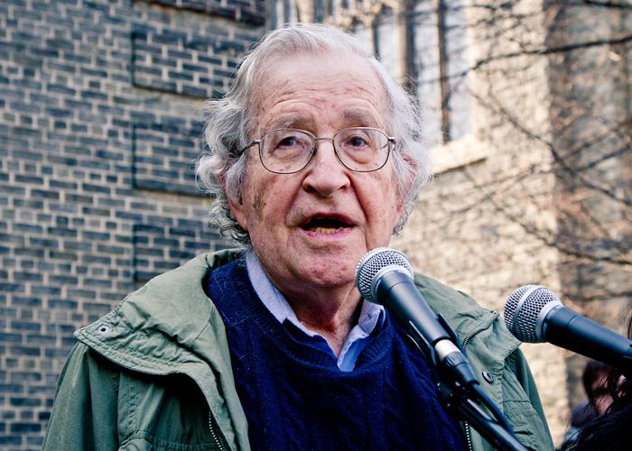 Noam Chomsky y las diez estrategias de manipulación de los medios: una crítica al poder