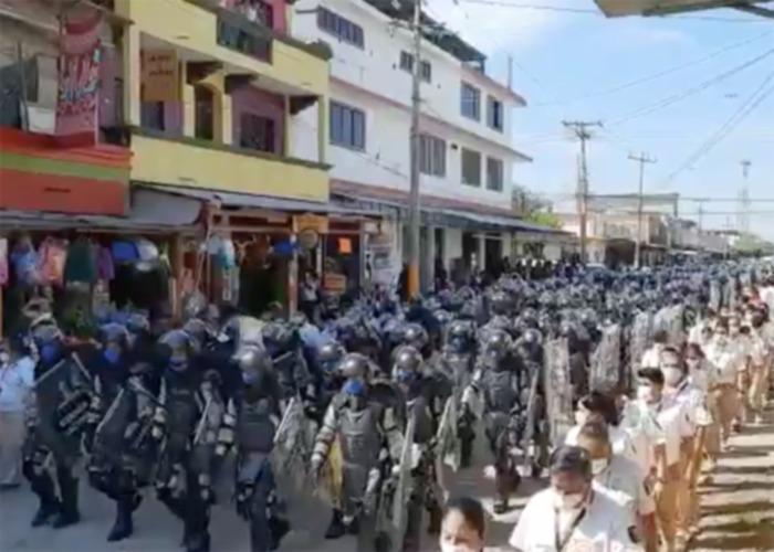 9 mil hondureños frenados con fusil en la frontera de México