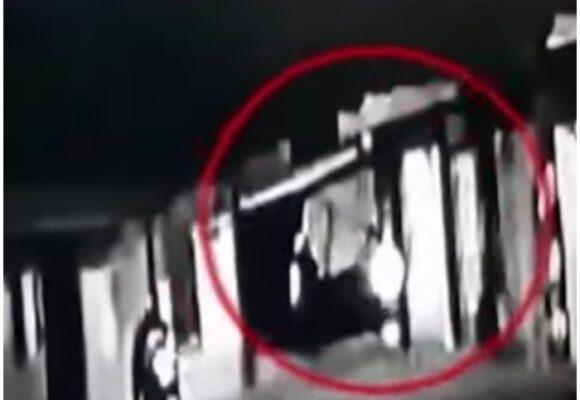 VIDEO: Delincuentes disparan a mujer en el rostro por robarle bolso