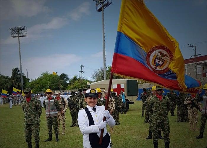 Una indígena logra vestir el uniforme de la Armada Nacional
