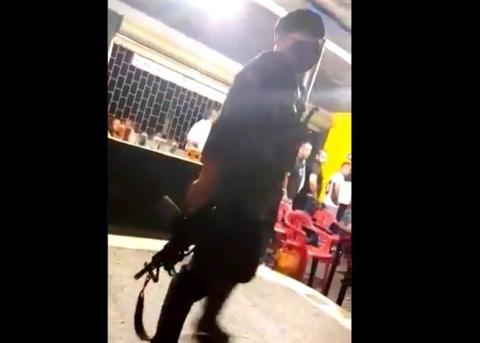 VIDEO: El momento en que paramilitares irrumpen un bar en Putumayo