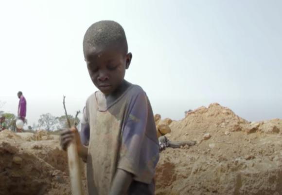 Los niños que buscan oro en las minas para sobrevivir