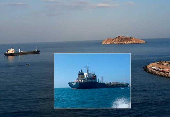 Un barco mongol, un mes varado en la bahía de Santa Marta