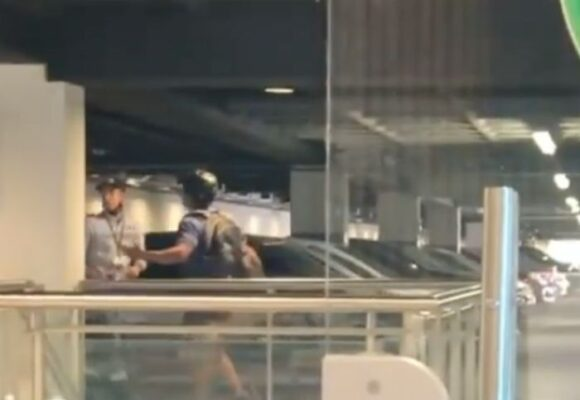VIDEO: Ciclista golpea y escupe a vigilante en un centro comercial