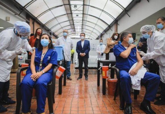 Médicos denuncian que los devolvieron cuando fueron a vacunarse en Bogotá