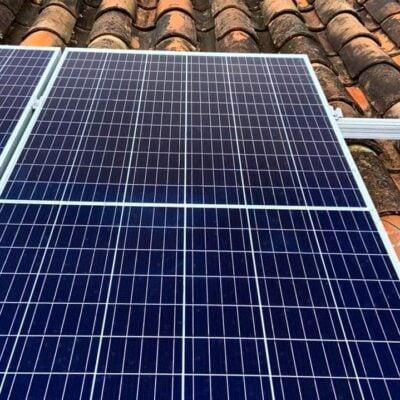 Los paneles fotovoltaicos o placas fotovoltaicas, están formados por numerosas celdas que convierten la luz en electricidad. Las celdas a veces son llamadas células fotovoltaicas. Estas celdas dependen del efecto fotovoltaico porque la energía lumínica produce cargas positiva y negativa en dos semiconductores próximos de diferente tipo, produciendo así un campo eléctrico capaz de generar una corriente.