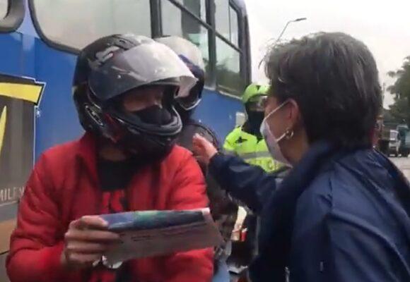 El insoportable populismo de Claudia: ahora reparte periódicos en las calles