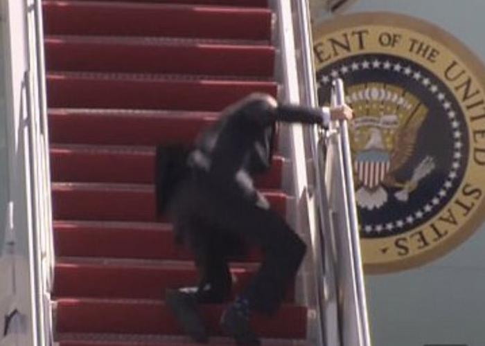 VIDEO: La triple caída de Joe Biden al subirse al Air Force One