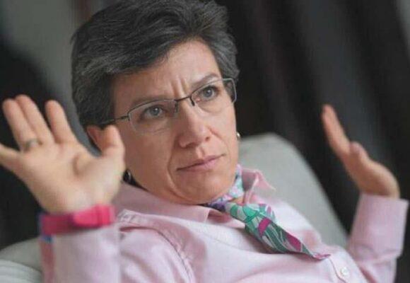 Críticas a Claudia López por la compra de una de sus funcionarias de audifonos de 2 millones