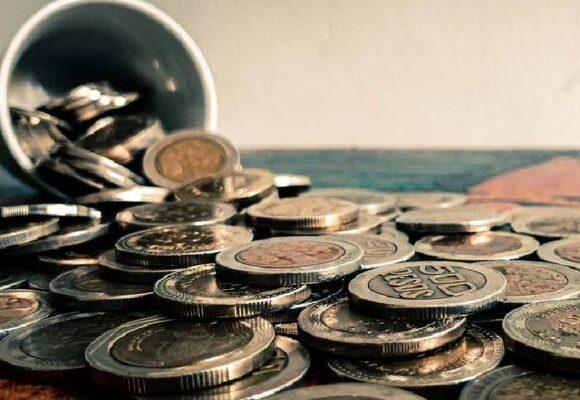 Se quedan los pesitos: paga el cliente o el cajero, pero nunca el banco