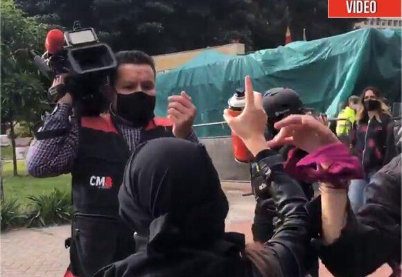 Estúpida agresión de feministas a periodistas de CM&