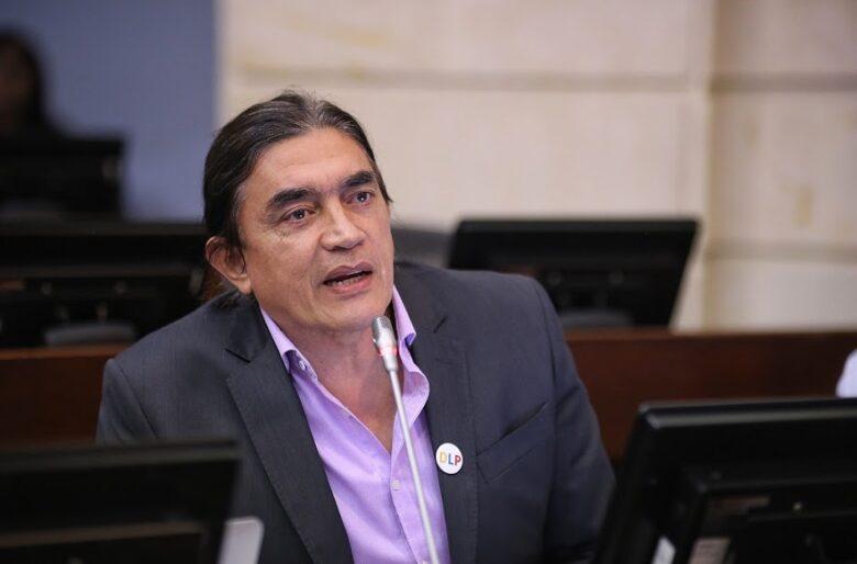 Gustavo Bolívar despedaza a la Revista Semana por revivir a Álvaro Uribe