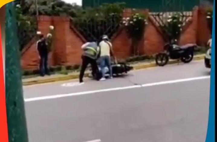 Video: Terrible pelea a puños entre motociclista y policia de tránsito