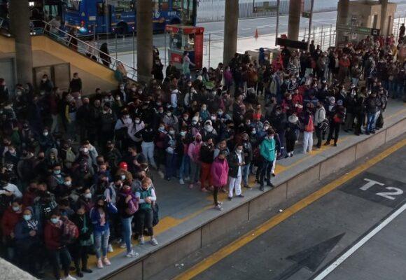 La doble moral de Claudia: prohibe las marchas pero permite montoneras en Transmilenio