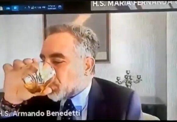 Uribistas se rasgan las vestiduras porque Benedetti se tomó un whisky en el trabajo