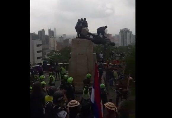 Batalla campal entre ESMAD y los Misak por los restos de la estatua de Belalcázar