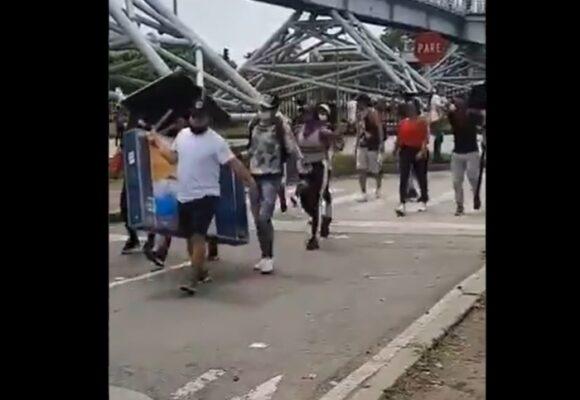 VIDEO: Grupo de caleños devuelven computadores robados por capuchos