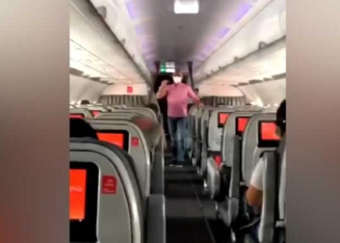 VIDEO: En pleno vuelo, pasajero protesta contra reforma tributaria e invita a marchar