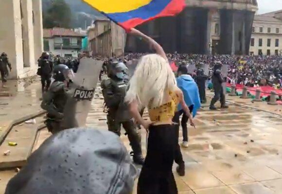VIDEO: El miedo que sintió la policía ante el provocativo baile de los trans