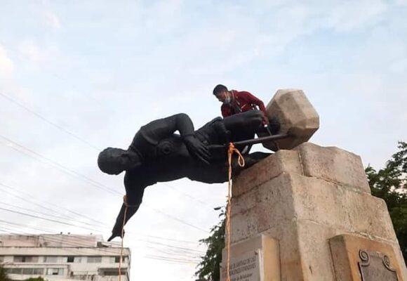 VIDEO: Manifestantes indigenas en Cali derriban estatua de Sebastián de Belalcazar
