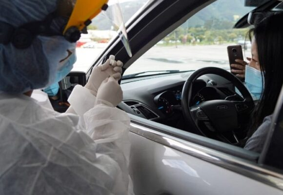 Largas filas para vacunarse sin bajarse de su carro en Bogotá