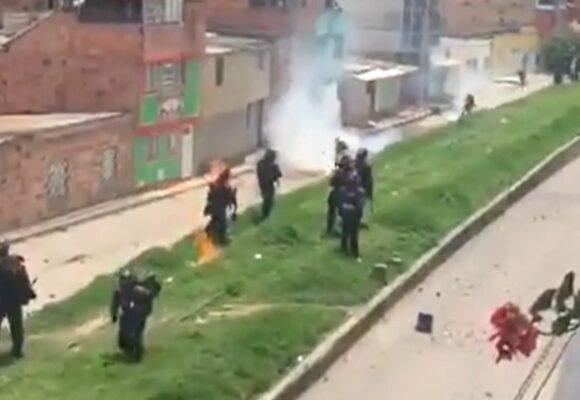 VIDEO: Desadaptado prende fuego a agente del ESMAD