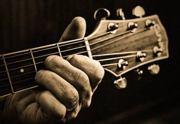 De Campa y la Sobreviviente, su vieja y amada guitarra