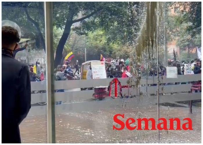 RCN no fue el único: La sede de Semana también fue atacada por las marchas