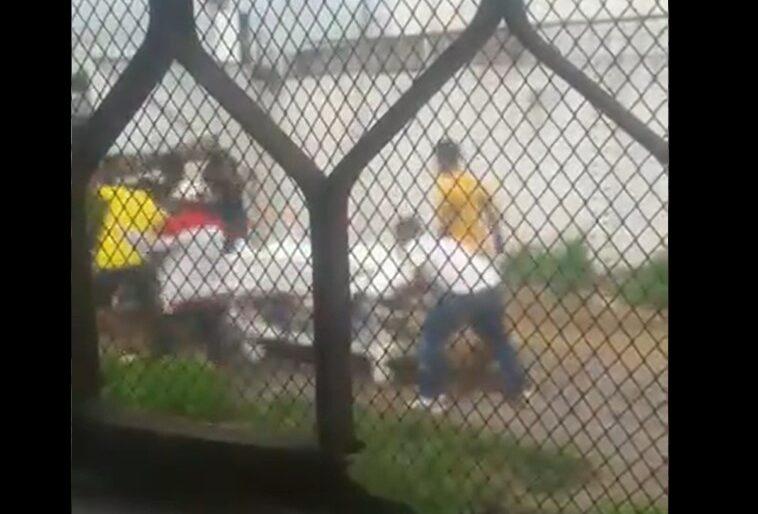 VIDEO: Enfurecida familia se roba el cuerpo de fallecido por COVID