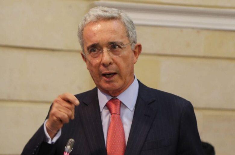 ¡Dejen la paranoia!: Uribe no hizo tumbar las tendencias de Twitter