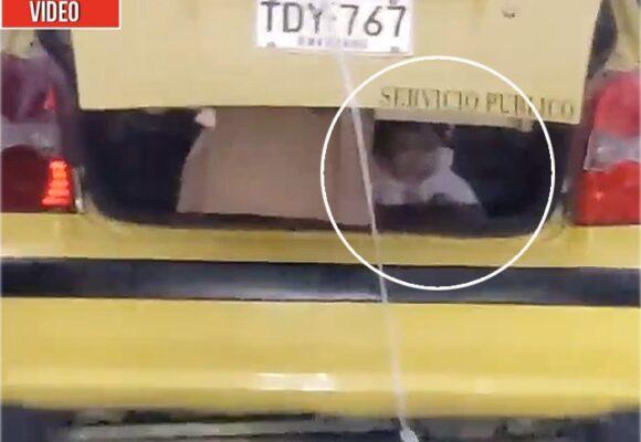 Taxista conduce por el centro de Medellín con bebé en el baúl