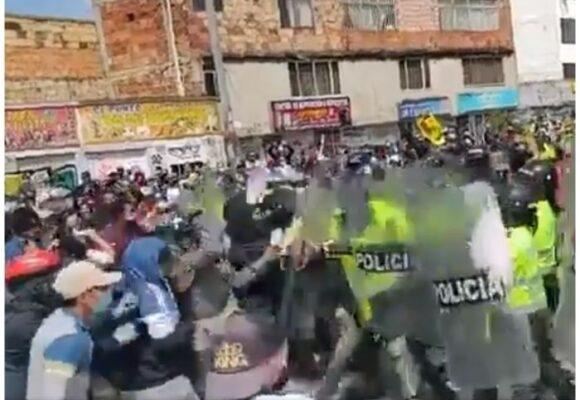 VIDEO: A pata, bolillo y puño la policía ataca a manifestantes en Suba