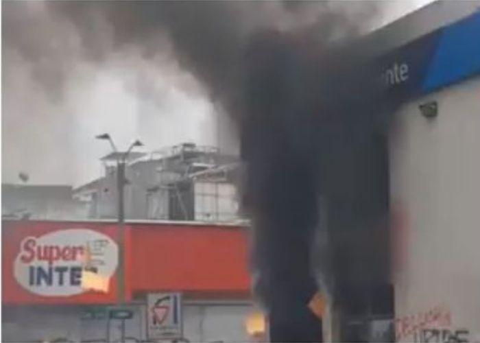 La rabia en Cali contra Sarmiento Angulo : queman banco y celebran